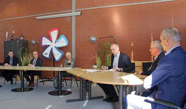 De ondertekening van de intentieverklaring door v.l.n.r. Klaas Groenveld  (voorzitter Raad van Toezicht Lauwers College), Rombout de Wit (bestuurder  Lauwers College), Christien de Graaff (vicevoorzitter Raad van Toezicht CSG  Liudger, Aebe Aalberts (voorzitter toezichthoudend bestuur Dockinga College, PRO Dokkum en Inspecteur Boelensschool), Joop Vogel (bestuurder CSG Liudger) en Geert van Lonkhuyzen (dagelijks bestuurder Dockinga College).
