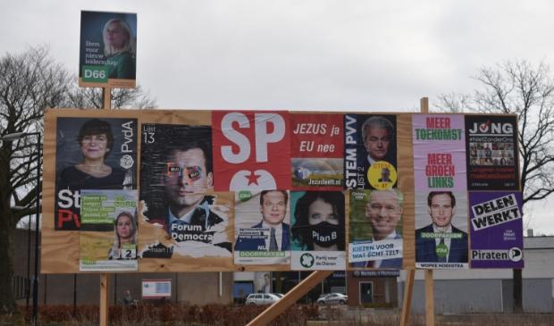 <p>Dit verkiezingsbord in Burgum is al een keer omver gehaald, weer opgezet en weer<br>omver vernield. Inmiddels is het weer opgeruimd.</p>