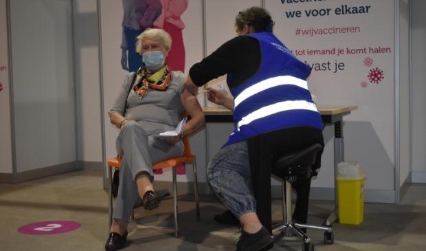 <p>Vera van Loo uit Drachten was de eerste 80-plusser die in het FSC in Drachten werd gevaccineerd tegen het Covid-19-virus.</p>