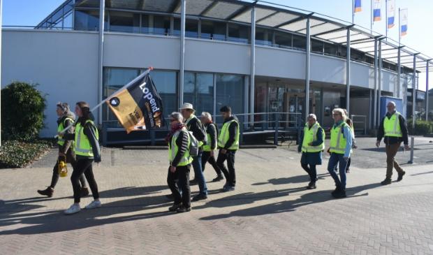 'Lopend vuur': tien wandelaars laten het centrum van Burgum achter zich, onderweg naar Dokkum.