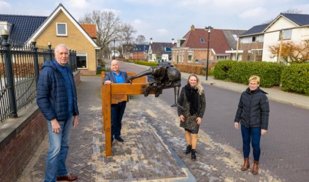 V.l.n.r.: Kunstenaar Frans Ram, Wethouder Max de Haan, Sita Dotinga (voorzitter Plaatselijk Belang), Aafke Rijpma (algemeen bestuurslid Plaatselijk Belang)