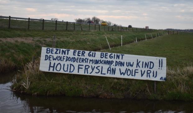 Dit spandoek is door een veehouder geplaatst pal naast de Wâldwei ter hoogte van het fietspad naar Warten.