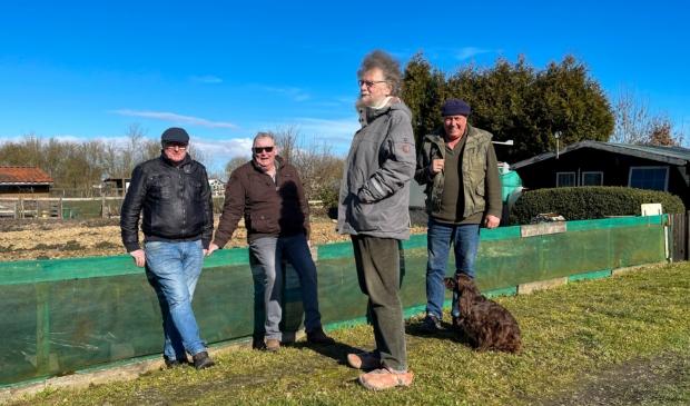 <p>Voorzitter Jilles Leijstra, penningmeester Johannes Boelstra, secretaris Joop Bos en bestuurslid Durk Halma bij &eacute;&eacute;n van de tuinen.</p>