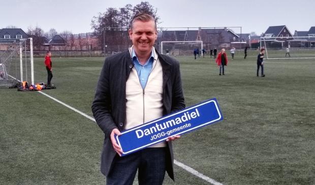 Wethouder Gerben Wiersma op het sportveld van De Westereen