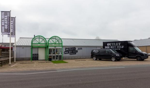 <p>Het winkelpand van Outlet doe het zelf Burgum op Meester M.W. Oppedijk van Veenweg 10A in Burgum.&nbsp;</p>