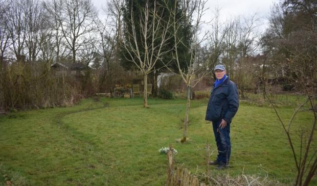 <p>Voorzitter Jan van Houten van De Wrottersploech in zijn recreatietuin op het complex Zandige Wijk.</p>