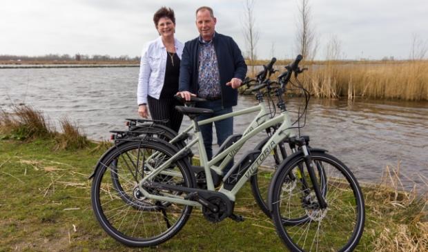 Iede en Marga de Boer met twee fietsen uit de nieuwste collectie van Victoria.
