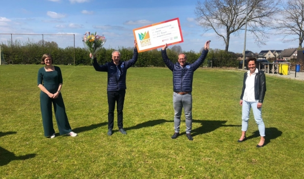 <p><strong>Jaap van Bruggen (projectleider van het nieuwe sportcomplex) en Dirk van der Woude (voorzitter FC Burgum) nemen de prijs in ontvangst.</strong></p>