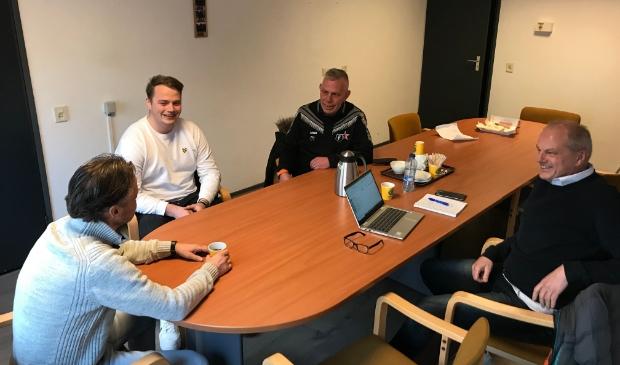 De leden Peter Bethlehem, Jesse van Dijk en Dirk de Vries (van links naar rechts) in gesprek met Jaap van Bruggen.