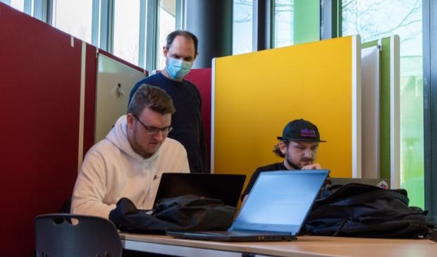 Studenten tijdens de hackathon.