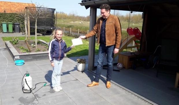 Elize Plantinga, 8 jaar oud uit De Westereen neemt de toegangskaartjes in ontvangst.