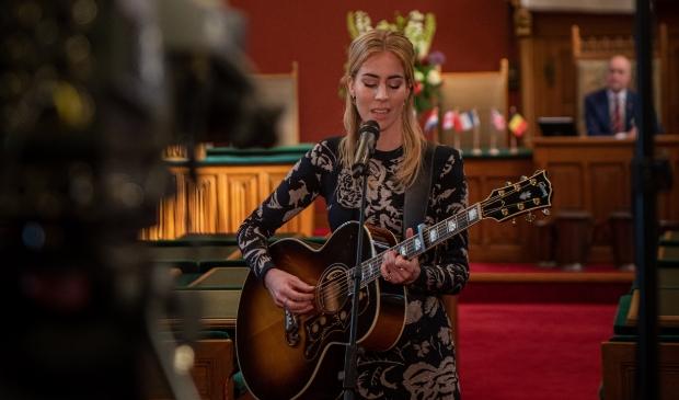 <p>Elske DeWall tijdens een optreden in de provinciale statenzaal.</p>