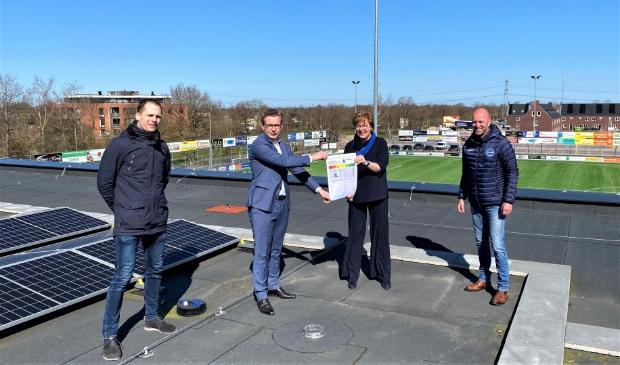 V.l.n.r.: Kees Noppert (Burgerinititief), wethouder Andries Bouwman (duurzaamheid), wethouder Gelbrig Hoekstra (sport) en Douwe Jan Douma (bestuurslid FC Burgum).