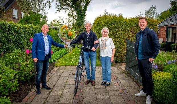 Wethouders Jouke Spoelstra en Max de Haan feliciteren Johannes Huitema met zijn titel Oudste Doortrapper.