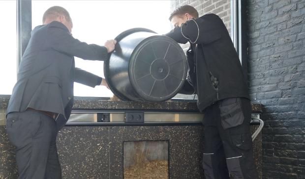 <p>Wethouder Kees Wielstra (Dantumadiel) en Coen Verboom (Bouwgroep Dijkstra Draisma) vullen het proefpaneel met lisdodde.</p>