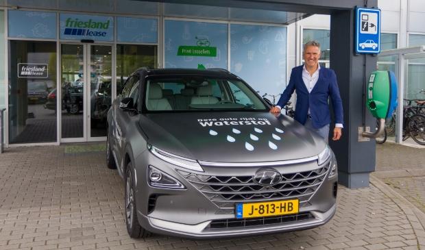 <p>Jan Baljeu bij een Hyundai NEXO op waterstof.</p>