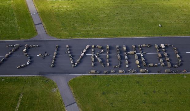<p>Legervoertuigen vormen de woorden &lsquo;75+1 vrijheid&rsquo;. Met dank aan: Vliegbasis Leeuwarden.</p>