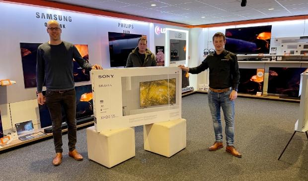 V.l.n.r.: Klaas Zuidersma, vormgever Weekblad Actief en Pro-Actief, prijswinnaar Hendrik Hooijenga en Menno Kats van Expert Meijer.