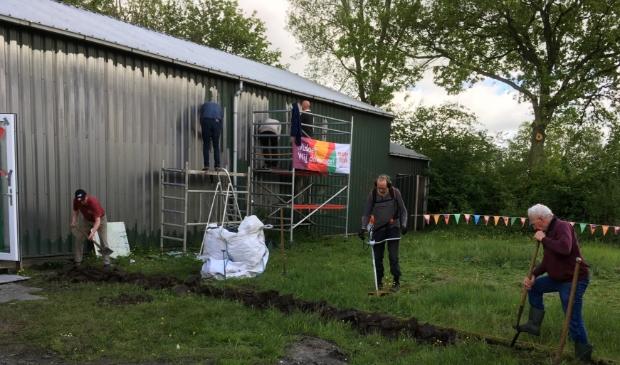 Vrijwilligers aan de slag bij de toekomstige locatie van Biljartclub Buitenpost e.o.