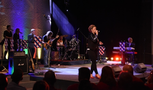 <p>Jayden zingt tijdens de vierde editie voor een volle zaal Rio van Maywood. De Feanster Music Night kon vanwege de corona-maatregelen in 2020 niet doorgaan.</p>
