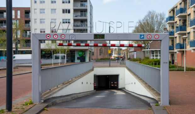 <p>Er staat niet altijd een lange rij voor de ingang van de parkeergarage onder het Raadhuisplein. Deze foto is maandagmiddag 10 mei gemaakt.&nbsp;</p>