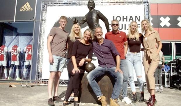 <p>Een trotse Hans Jouta met z&#39;n naasten voor het beeld van Cruijff. V.l.n.r.: Arjen Dykstra, Elske Jouta, Doete Jouta, Hans Jouta, Sjoerd Jan Westra, Rixt Jouta en Berber Jouta.</p>