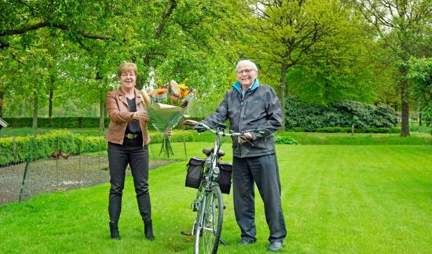 <p>Wethouder Gelbrig Hoekstra feliciteert Johannes van der Kooij met de eretitel &#39;Oudste Doortrapper van Tytsjerksteradiel&#39;.</p>