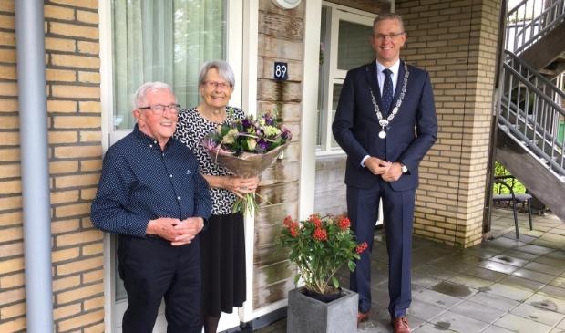 Burgemeester Jeroen Gebben met het echtpaar Rijpma-Bosma.