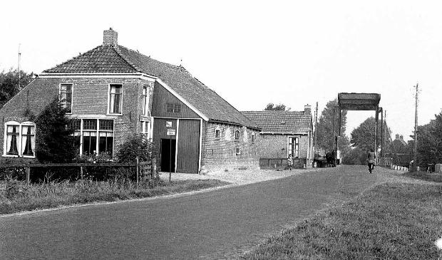 <p>De brug in het hart van De Falom, gezien vanaf het zuiden, 1953.</p>