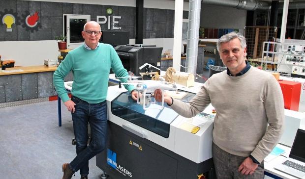 <p>Sipke Saakstra en Rick Lei te midden van een drone, lasersnijder en 3D-printers. &quot;De tijd dat techniek werd geassocieerd met vieze handen, is echt pass&eacute;.&quot;</p>