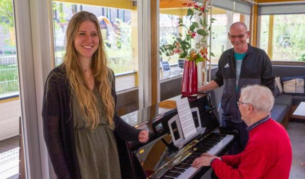 <p>Co&ouml;rdinator Tessa de Jong, Willem Bos en achter de piano Kasper Bruens.</p>