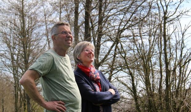 Wytze en Anita de Vries uit Surhuizum genieten in het voorjaar van vogelgeluiden in en rond de elzensingels.