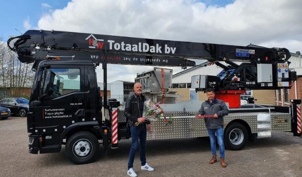 <p>Bouwe Hoekstra, eigenaar van H&W Totaaldak, en rechts Ard Nijkamp van All up.</p>