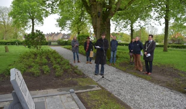 'Gemeentedichter' Geart Tigchelaar leest een gedicht voor, geschreven ter gelegenheid van de herbegrafenis. Rechts burgemeester Johannes Kramer.