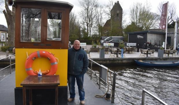 De Wynser Oerset met schipper Gosse Hiemstra. Rechts eetcafé De Winze.