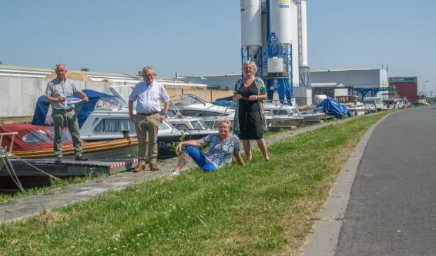 <p>Op de foto wethouder Max de Haan met Sake van der Meer, Dineke Terpstra en Lys Visser van Plaatselijk Belang Kootstertille.</p>