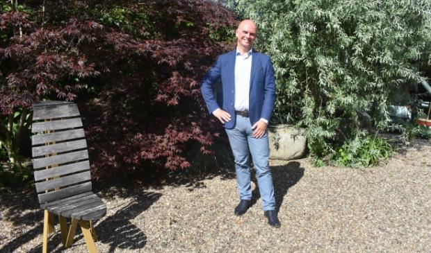 <p>Wethouder Felix van Beek in de binnentuin van het gemeentehuis in Drachten.</p>
