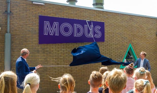 <p>Ritske Tulner, voorzitter van het College van Bestuur van Stichting Oarsprong en wethouder Andries Bouwman onthullen de naam van de nieuwe onderwijsroute.</p>