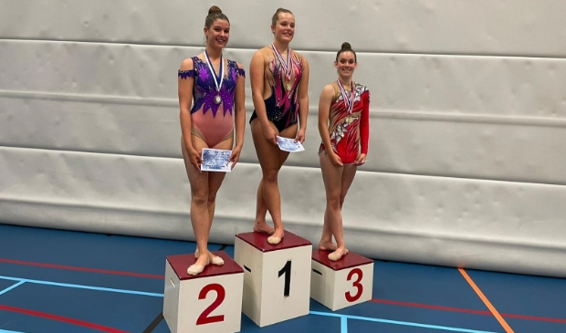 <p>Nijah de Boer (midden) met haar gouden medaille.</p>