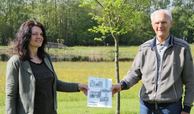 <p>Piet Bakker overhandigt de verjaardagskalender aan beheerster Renneke Wiersma.</p>