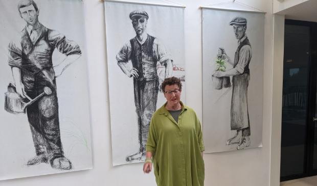 <p>Hennie Dijk-stel bij de expositie.&nbsp;</p>