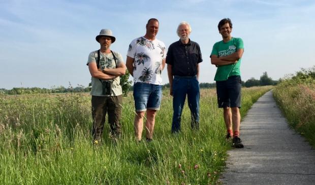<p>Sije Schotanus (coördinator Vogelwacht), Ruurd Veenstra (nazorg Vogelwacht), Bindert Kloosterman (voorzitter perceelteam LvO) en Piet Mulder (boer en pachter van het perceel LvO).</p>