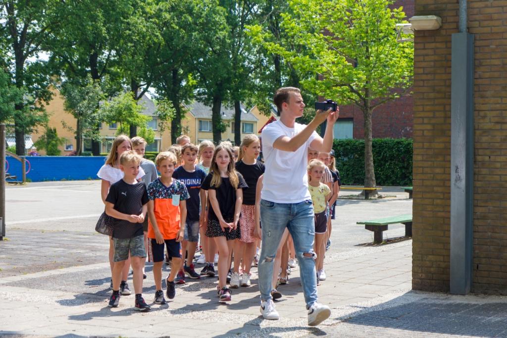 Groep 6 loopt samen met YouTuber Jordy Storm het plein op. Foto: Actief Media © Actief Media