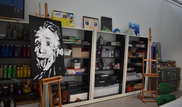 In het tekenlokaal van het Tjalling Koopmans College een geschilderd portret van Einstein.