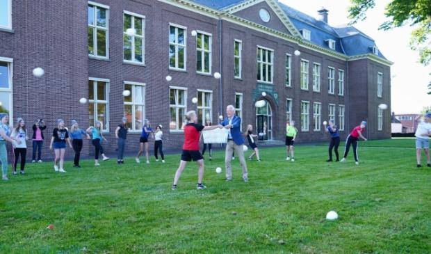 <p>Burgemeester Jan Rijpstra kwam droge sneeuwballen brengen namens Sportbedrijf Drachten.</p>