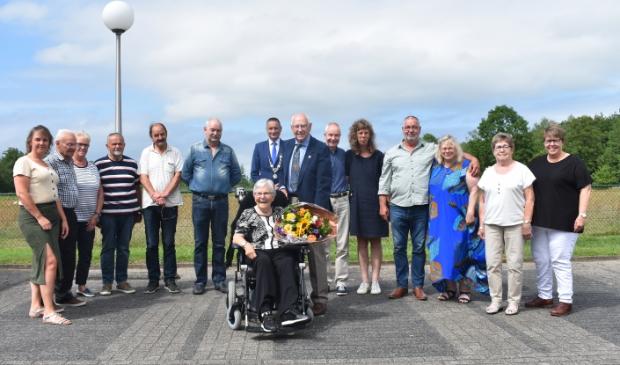 <p>De feestgangers bij Lauwersland, Oudwoude. In het midden Murkje, achter haar Jan Dillema. Daarachter de jarige zoon Sietse en locoburgemeester Jelle Boerema.</p>