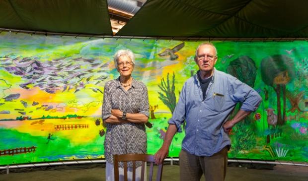 <p>Voorzitter Rommy Soepboer en penningmeester Roelof Veeningen van de Stichting Panorama InsideOUT Frysl&acirc;n. Op de achtergrond is een klein deel van het panorama zichtbaar.</p>