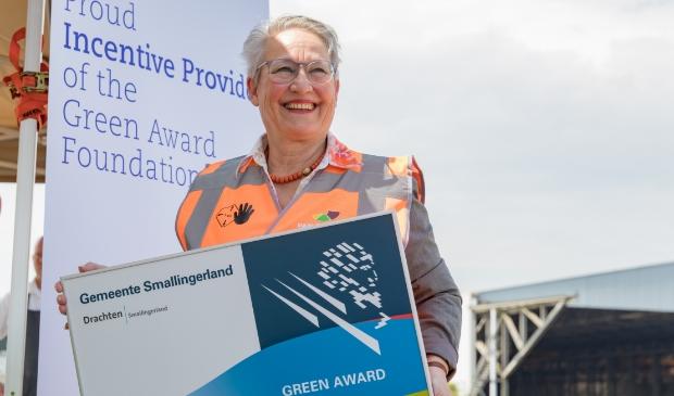 Wethouder Maria le Roy met de 'green award'. Zij is al jaren een warm pleitbezorger voor een betere binnenvaart.