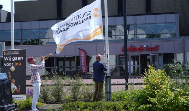 <p>De vlag van het Sportfonds Smallingerland wordt gehesen.&nbsp;</p>
