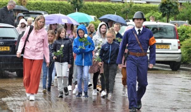 Onder leiding van de BS'er gingen de kinderen samen met de genodigden naar het graf/monument van Jarl Ruinen.